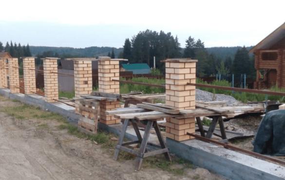 Монтаж заборных кирпичных столбов и межстолбовых перемычек из профилированной трубы