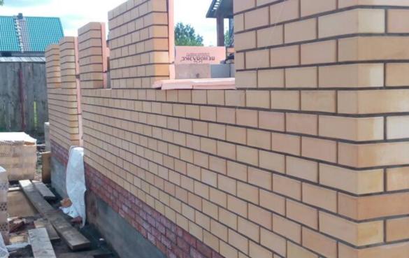 Кладка стен дома из облицовочного кирпича (вертикальный шов 10-12мм, горизонтальный шов 8-10мм по ГОСТу)