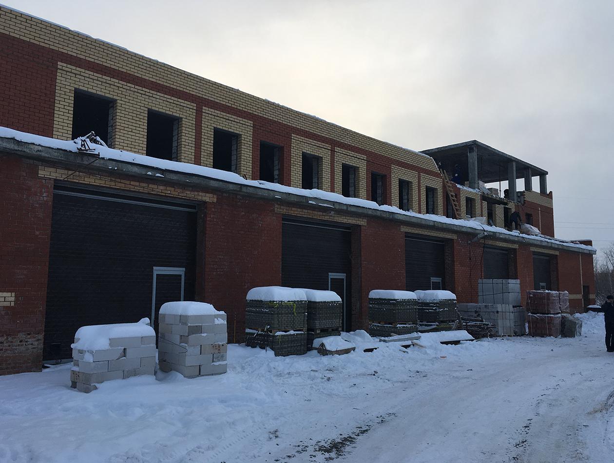 Процесс строительства административного здания с гаражными боксами на первом этаже